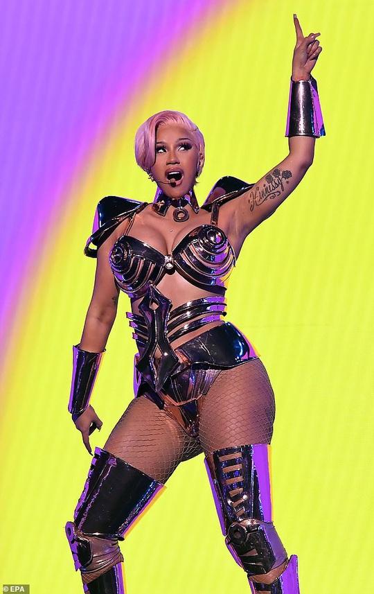 Nữ rapper Cardi B khẩu chiến kịch liệt vì bị chê trình diễn phản cảm - Ảnh 1.