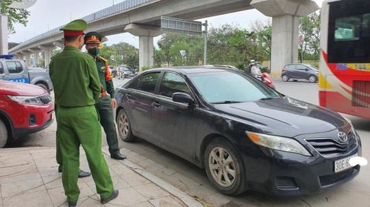 Tài xế xe sang Camry say xỉn đỗ xe giữa đường, xưng là quân nhân rồi xô xát với CSGT - Ảnh 1.