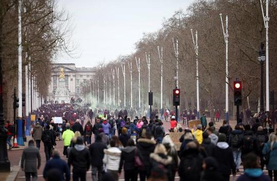Covid-19: Hoảng với cảnh biểu tình phản đối phong tỏa ở Đức, Anh - Ảnh 1.