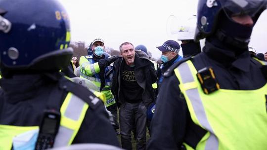 Covid-19: Hoảng với cảnh biểu tình phản đối phong tỏa ở Đức, Anh - Ảnh 4.