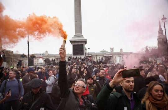 Covid-19: Hoảng với cảnh biểu tình phản đối phong tỏa ở Đức, Anh - Ảnh 2.