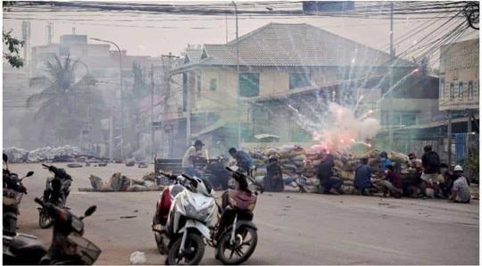 Myanmar: Số người thiệt mạng tăng, bác sĩ xuống đường biểu tình - Ảnh 2.