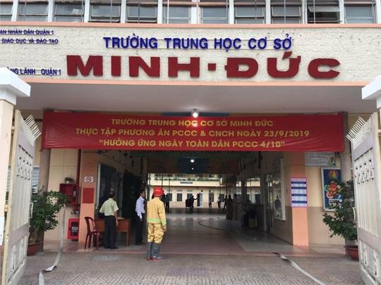 TP HCM: Một học sinh lơ lửng ở lan can tầng 3 được bảo vệ cứu kịp thời - Ảnh 1.