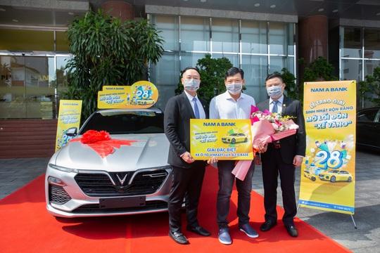 Nam A Bank trao ô tô Vinfast cho khách hàng may mắn trúng thưởng - Ảnh 1.