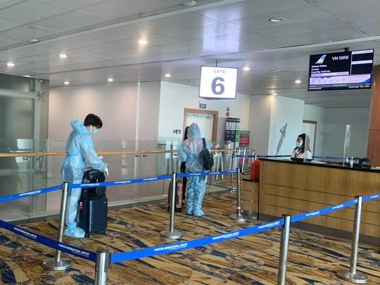 Hai chuyến bay đưa người Việt từ Myanmar về nước hạ cánh ở Đà Nẵng - Ảnh 1.