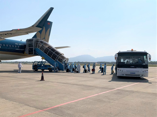 Hai chuyến bay đưa người Việt từ Myanmar về nước hạ cánh ở Đà Nẵng - Ảnh 10.