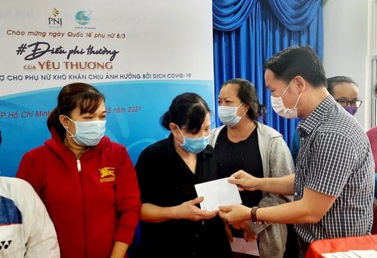 PNJ trao 1 tỷ đồng hỗ trợ phụ nữ khó khăn do tác động đại dịch - Ảnh 1.