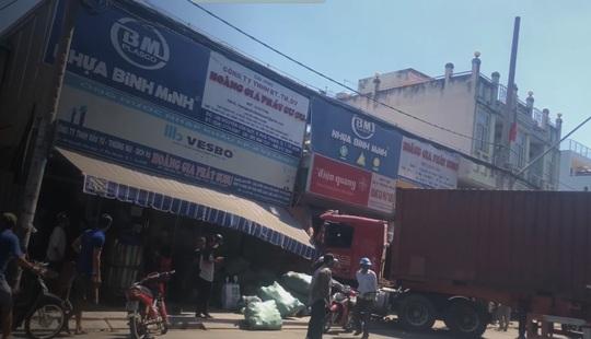 TP HCM: Xe container lao vào cửa hàng, 1 người tử vong - Ảnh 1.