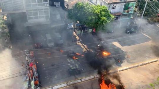 Myanmar: Nhiều nơi mất điện, biểu tình vẫn tiếp diễn - Ảnh 1.