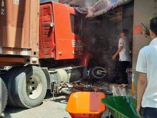 TP HCM: Xe container lao vào cửa hàng, 1 người tử vong - Ảnh 2.