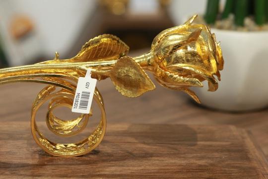 Chi 330 triệu đồng đúc hoa hồng vàng làm quà tặng ngày 8/3 - Ảnh 3.