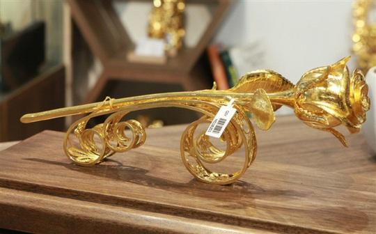 Chi 330 triệu đồng đúc hoa hồng vàng làm quà tặng ngày 8/3 - Ảnh 2.