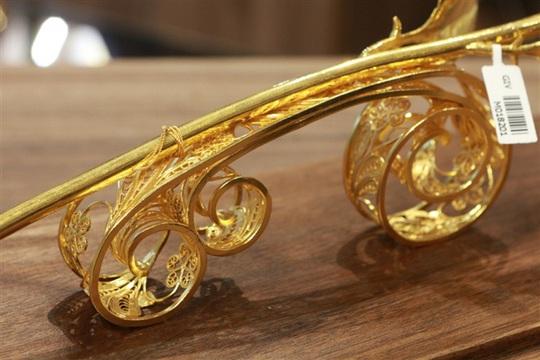 Chi 330 triệu đồng đúc hoa hồng vàng làm quà tặng ngày 8/3 - Ảnh 1.