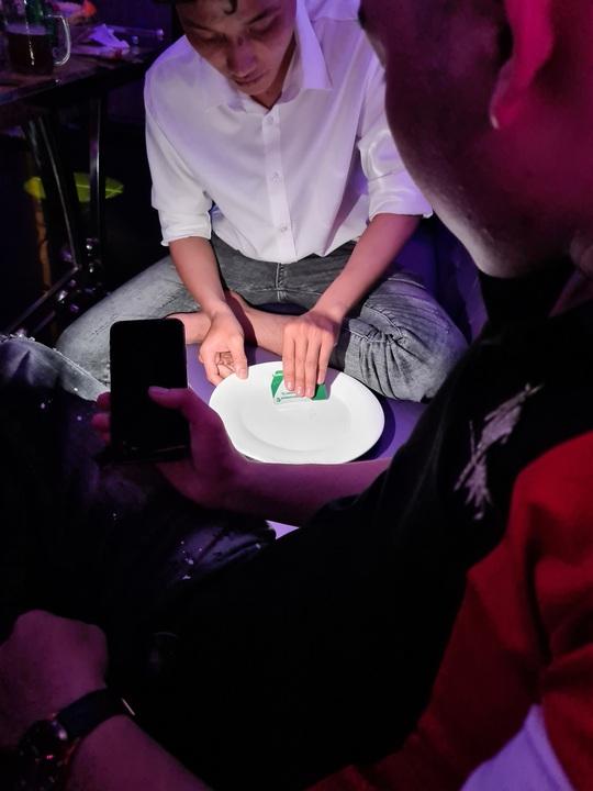 Phát hiện 32 người dương tính với ma túy tại karaoke Red Diamond - Ảnh 2.