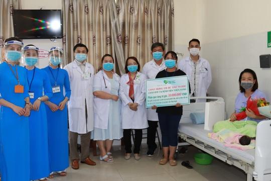Chào đón em bé thứ 90.000, bệnh viện Thiện Hạnh miễn viện phí cho sản phụ - Ảnh 2.