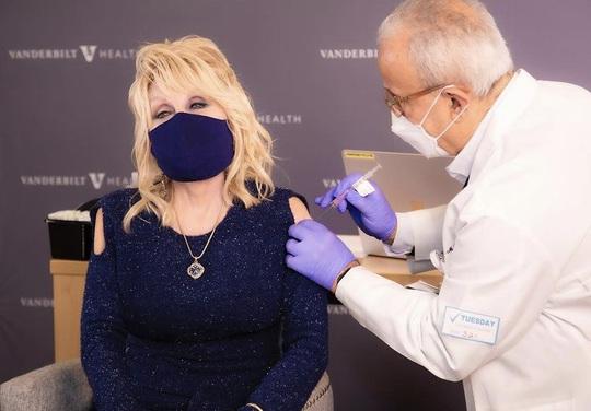 """""""Áo tiêm vắc xin"""" trở thành cơn sốt - Ảnh 2."""