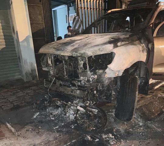 Bình Dương: Điều tra nguyên nhân vụ cháy xe bán tải và xe  máy khiến một người chết - Ảnh 2.