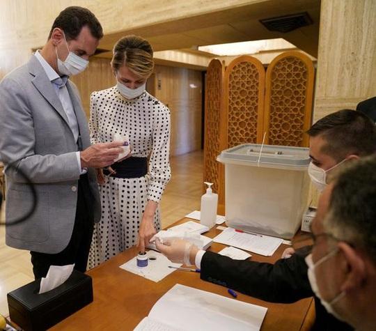Tổng thống Assad và vợ mắc Covid-19 - Ảnh 1.
