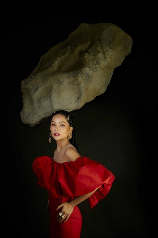 Giải mã hashtag về phụ nữ trong bộ ảnh mới của Hoa hậu H'Hen Niê - Ảnh 1.