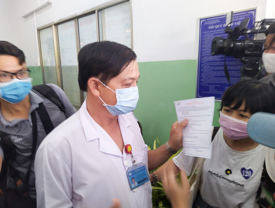Tâm sự của các nhân viên y tế được tiêm vắc-xin Covid-19 đầu tiên - Ảnh 1.