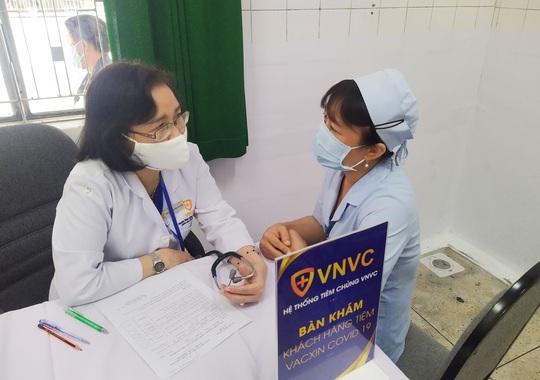 Tâm sự của các nhân viên y tế được tiêm vắc-xin Covid-19 đầu tiên - Ảnh 6.
