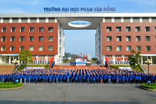 Trao giấy chứng nhận kiểm định giáo dục cho Trường Đại học Phạm Văn Đồng - Ảnh 2.