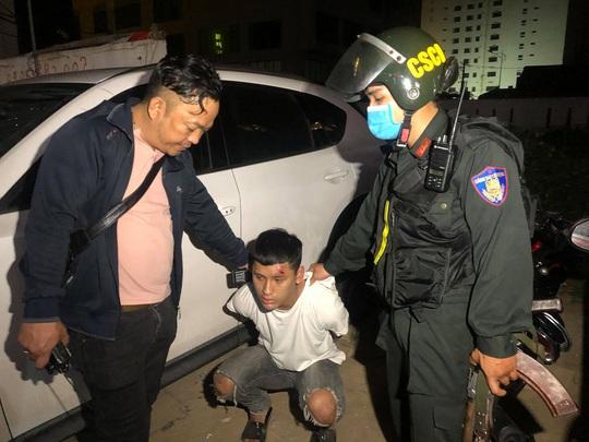 Đà Nẵng: Công an nổ súng, truy đuổi nhóm học sinh mang dao đi hỗn chiến - Ảnh 2.