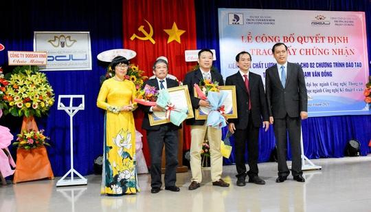 Trao giấy chứng nhận kiểm định giáo dục cho Trường Đại học Phạm Văn Đồng - Ảnh 1.