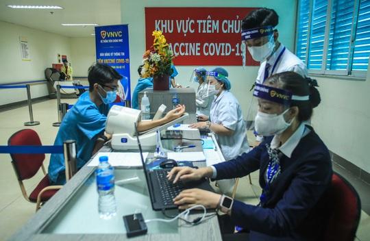 CLIP: 30 nhân viên y tế đầu tiên tại Bệnh viện Thanh Nhàn được tiêm vắc-xin Covid-19 - Ảnh 5.