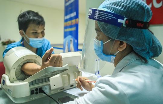 CLIP: 30 nhân viên y tế đầu tiên tại Bệnh viện Thanh Nhàn được tiêm vắc-xin Covid-19 - Ảnh 8.