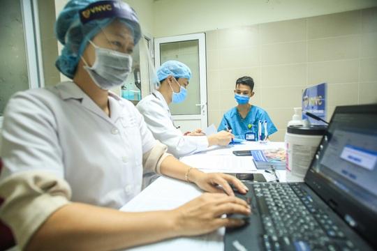 CLIP: 30 nhân viên y tế đầu tiên tại Bệnh viện Thanh Nhàn được tiêm vắc-xin Covid-19 - Ảnh 9.