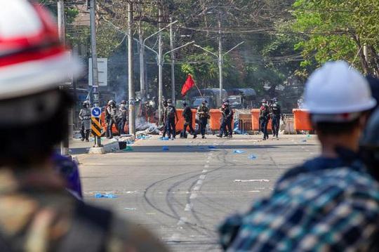 Myanmar: Lùng sục từng nhà suốt đêm để bắt người biểu tình - Ảnh 2.