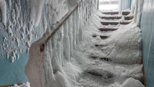 Những thị trấn ma ở Nga chìm trong băng giá - Ảnh 2.