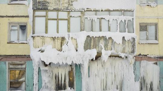 Những thị trấn ma ở Nga chìm trong băng giá - Ảnh 5.