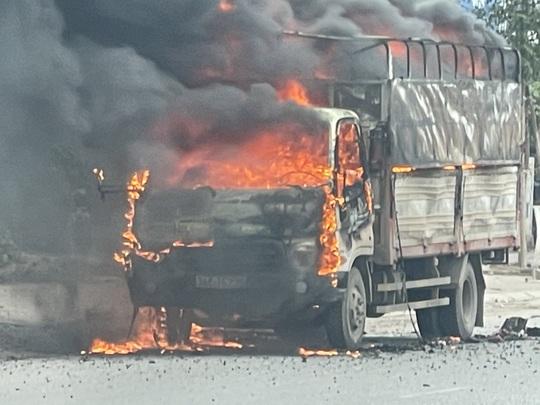 Đang lưu thông, ô tô tải chở bật lửa bốc cháy ngùn ngụt, tài xê nhảy khỏi ca bin thoát thân - Ảnh 1.