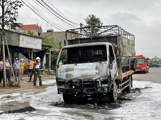 Đang lưu thông, ô tô tải chở bật lửa bốc cháy ngùn ngụt, tài xê nhảy khỏi ca bin thoát thân - Ảnh 2.