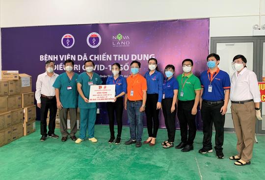 Saigon Co.op trao tặng vật phẩm y tế cho tuyến đầu chống dịch - Ảnh 1.