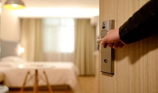 Lời khuyên an toàn khi ở khách sạn trong đại dịch - Ảnh 1.