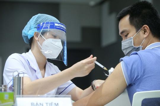 Tiêm vắc xin vẫn bị nhiễm Covid-19 và lây cho người khác: Xin đừng chủ quan giữa 'bình thường mới' - Ảnh 1.