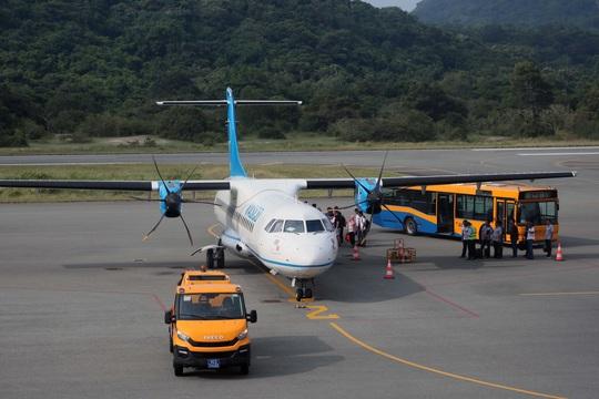Yêu cầu các hãng hàng không tuân thủ slot, giờ bay đến Côn Đảo - Ảnh 1.
