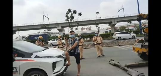 Đội CSGT Rạch Chiếc tạm giữ ôtô của  YouTuber chuyên giám sát CSGT làm việc - Ảnh 2.