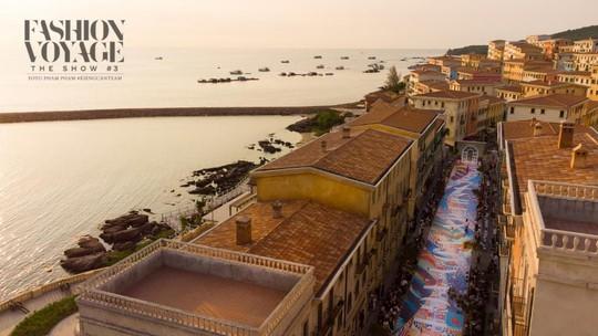 Sàn diễn thời trang vô cực Địa Trung Hải đẹp ngất ngây của Fashion Voyage #3 - Ảnh 2.