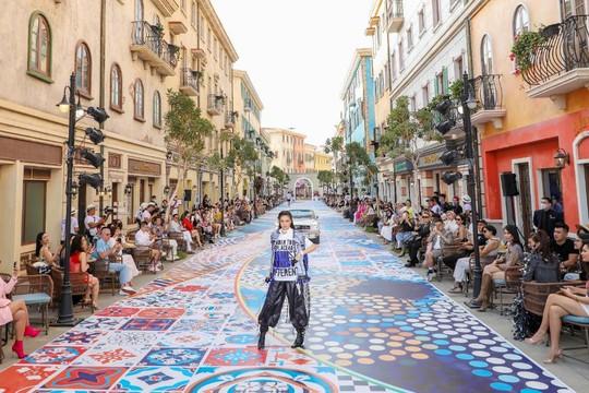 Sàn diễn thời trang vô cực Địa Trung Hải đẹp ngất ngây của Fashion Voyage #3 - Ảnh 4.