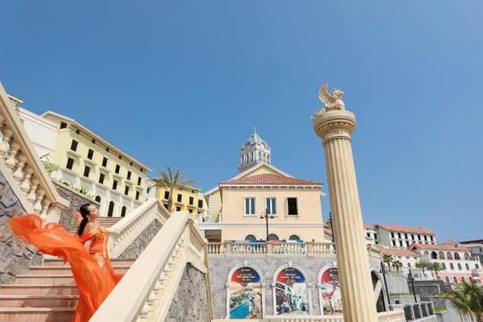 Sàn diễn thời trang vô cực Địa Trung Hải đẹp ngất ngây của Fashion Voyage #3 - Ảnh 5.