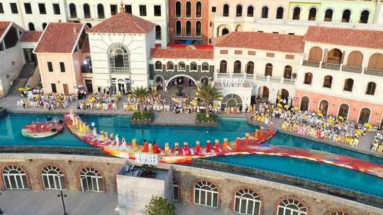 Sàn diễn thời trang vô cực Địa Trung Hải đẹp ngất ngây của Fashion Voyage #3 - Ảnh 7.