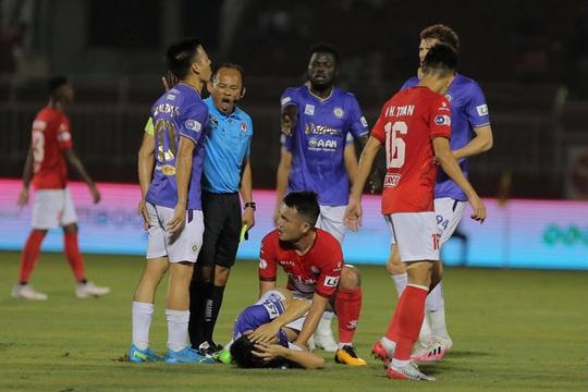 Đốn gãy chân Hùng Dũng, Hoàng Thịnh bị phạt 40 triệu đồng và cấm thi đấu hết năm 2021 - Ảnh 1.