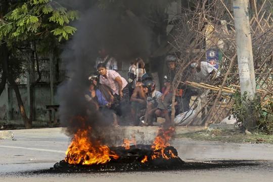 Quân đội Myanmar đổ lỗi cho người biểu tình - Ảnh 1.