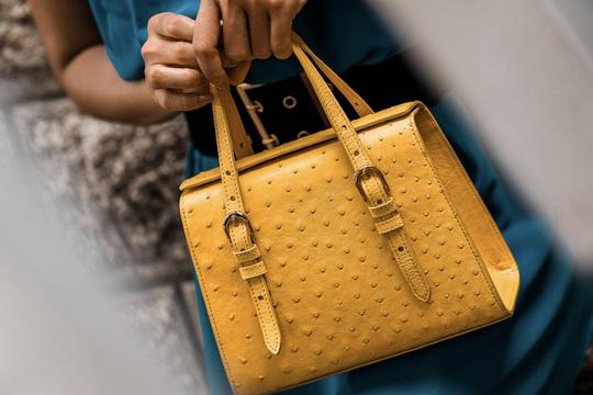 Độc đáo thời trang công sở với túi xách da đà điểu, cá sấu Khatoco - Ảnh 3.