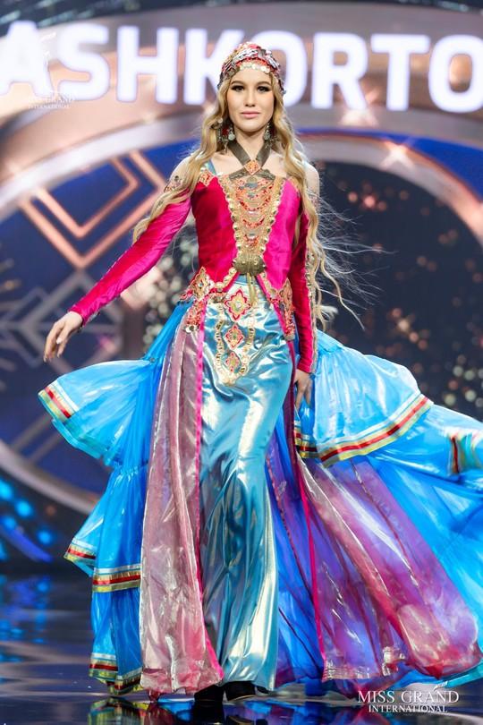 Bắt mắt với những bộ Quốc phục tại cuộc thi Hoa hậu Hòa Bình Thế giới - Ảnh 36.