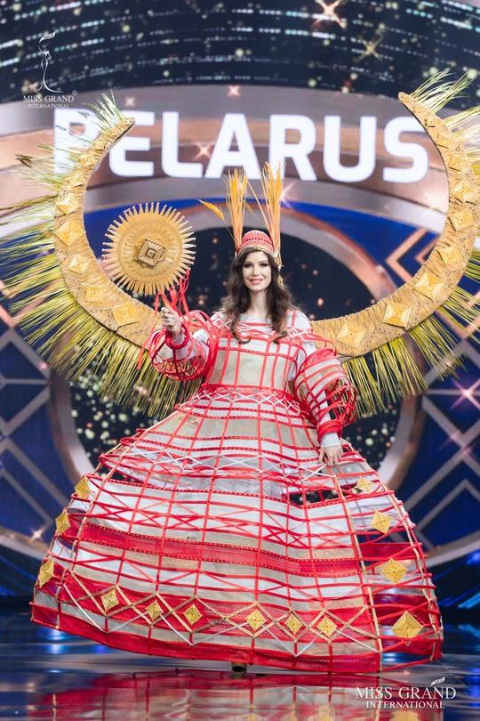 Bắt mắt với những bộ Quốc phục tại cuộc thi Hoa hậu Hòa Bình Thế giới - Ảnh 35.